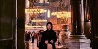 Model yang Berfoto Telanjang di Depan Masjid Hagia Sophia Akhirnya Minta Maaf