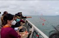 Isak Tangis Warnai Tabur Bunga Korban Sriwijaya Air di Kepulauan Seribu