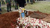 Pemakaman Praka Anumerta Roy Di Warnai Isak Tangis Hingga Jatuh Pingsan