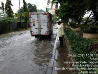 Jalan Pedemangan Jakut Terendam Genangan, Masih Bisa Dilewati Kendaraan