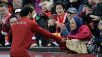 Hadiahi Perempuan Berjilbab Jersey Liverpool, Mo Salah Dapat Bingkisan