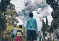 Gunung Merapi Meletus, Warga Deles Klaten Selfie Berlatar Kepulan Asap Vulkanik