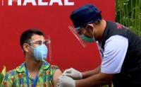 Raffi Ahmad Berikan Acungan Jempol usai Terima Vaksinasi Tahap 2