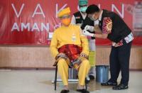 Kenakan Baju Adat Riau saat Divaksin, Ganjar Branding Diri untuk Nyapres?