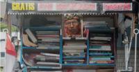 Inspiratif! Pensiunan PNS TNI AD Ini Menarik Becak dengan Membawa Perpustakaan Keliling