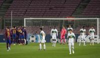 Kiper Elche Edgar Badia Jadi Orang Ketiga yang Diajak Tukar Jersey oleh Lionel Messi