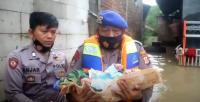 Heroik, Polisi Selamatkan Bayi Terjebak Banjir di Cirebon