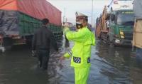 Jalur Pantura Semarang Masih Terendam Banjir Setinggi 80 Cm