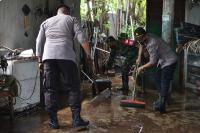 Banjir Kiriman Bromo Surut,  Puluhan Personil Polres Probolinggo Bantu Warga Bersih-Bersih