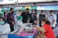 Hari Pertama Bekerja, Bobby Nasution Pantai Vaksinasi Pedagang di Pasar Sei Sikambing