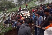 Viral Warga Karanganyar Ramai-Ramai Tarik Truk Terperosok ke Ladang Sedalam 50 Meter