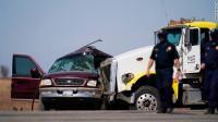 Mobil SUV Tabrakan dengan Truk Semi-Trailer, 13 Orang Tewas
