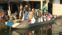 Pelajar di Lamongan Gunakan Perahu ke Sekolah Imbas Banjir Tak Kunjung Surut