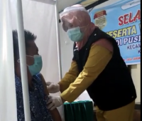 Tingkah Lucu Nakes saat Takut Disuntik Vaksin Covid-19