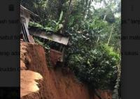 Momen Longsor Runtuhkan Rumah Panggung hingga ke Dasar Jurang di Toraja Utara