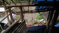 Dapur Rumah Ambrol Tergerus Tebing yang Longsor