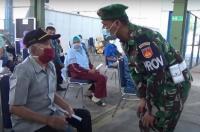 Prajurit TNI Bahu-Membahu Bantu Vaksinasi tehadap Purnawirawan Se-Solo Raya
