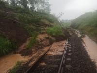 Longsor Tutup Rel Kereta Api di Blitar, Dua KA Tertahan