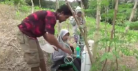 Demi Belajar Daring, Ayah Gendong Putrinya Naik Turun Gunung Sambil Bawa Tabung Oksigen