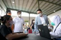 Ridwan Kamil dan Menkes Budi Tinjau Vaksinasi Covid-19 di Taman Kota