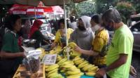 Warga Bandung Berburu Takjil di Tengah Pandemi Covid-19