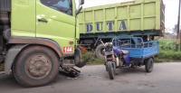 Motor Roda 3 Tabrak Truk, 8 Orang Rombongan Pengajian Terluka