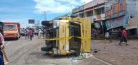 Terlibat Kecelakaan, Mobil Truk Bawa BBM Ilegal Diserbu Warga