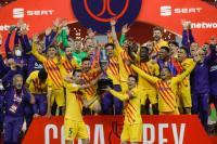 Skuad Barcelona Antre Foto Bareng Lionel Messi dan Trofi Copa del Rey