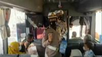Polisi Gelar Sosialisasi Larangan Mudik ke Penumpang Bus dan Ojek Online di Terminal Purbaya