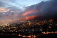 Kebakaran Landa Gunung Table Afrika Selatan, Petugas Pemadam Berjuang Padamkan Api