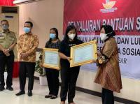 Mensos Berikan Piagam Penghargaan ke 2 Guru Korban Penembakan KKB