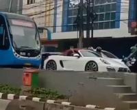 Viral Mobil Porsche Terobos Busway Lalu Minta Bus Transjakarta Mundur
