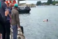 Nekat! Pemuda Ini Lompat ke Laut dari Kapal Gegara Terbawa Berlayar