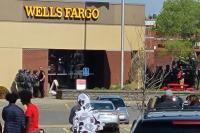Perampok Sandera 5 Pegawai Bank, Bersitegang dengan FBI dan SWAT