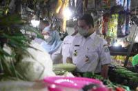 Anies Baswedan Tinjau 3 Pasar, Pastikan Harga Pangan Stabil & Prokes Dijalankan