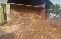Truk Tanah Terguling di Gatsu, Akses Transjakarta Tertutup