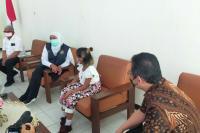Gubernur Khofifah Jenguk Anak ART Korban Penganiayaan Majikan