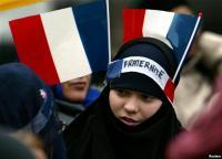 Perempuan Muslim Prancis: Jangan Sentuh Hijab Saya!