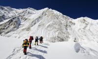 China Tutup Jalur ke Gunung Everest, Batalkan Musim Pendakian