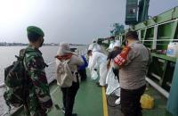 Nahkoda Positif Covid-19, 9 Kru Dites Swab Antigen di Atas Kapal