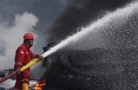 Api Sempat Dikendalikan, Asap Hitam Kembali Terlihat dari Tangki Pertamina yang Terbakar