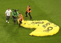 Parasut Aktivis Tabrak Kabel Jelang Laga Prancis vs Jerman, 2 Orang Terluka