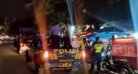 Polisi Patroli Tutup Toko dan Bubarkan Kerumunan di Bandung