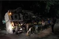 Truk Terguling Usai Tabrak Separator Transjakarta di Kebayoran Lama