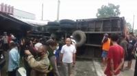 Rem Blong, Truk Pengangkut Gandum Hantam Angkot dan 2 Bengkel
