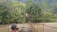 Viral, Aksi Nekat Warga Melintasi Jembatan Gantung Rusak di Mamasa Sulbar