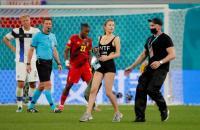Ada Suporter Cantik Masuk ke Lapangan saat Laga Finlandia vs Belgia Berlangsung