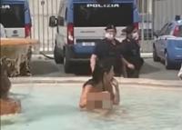 Diduga Kepanasan, Wanita Cantik Nekat Berenang Tanpa Busana di Air Mancur Roma
