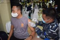 TNI AL Gelar Serbuan Vaksinasi di Pesisir Palembang