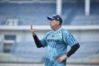 Demi Kesehatan, Pelatih Persib Bandung Pilih Berada di Rumah